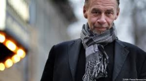 Carr, the survivor of cancer surgery that weakened his neck muscles, often wore a scarf in public.